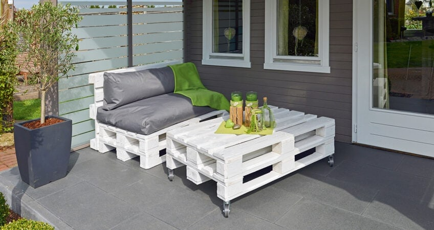 Leicht zusammengebaut und ganz nach dem eigenen Geschmack gestaltet: Mit lässigen Outdoor-Möbeln aus Paletten genießt man die freie Zeit draußen gleich doppelt. (Foto: Osmo)
